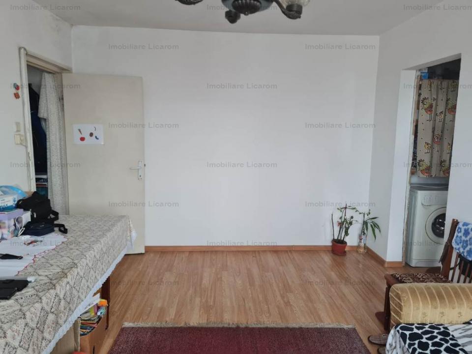 Apartament  2 camere zona Podul Grivitei ,etaj 4/4 pret 51000 euro negociabil