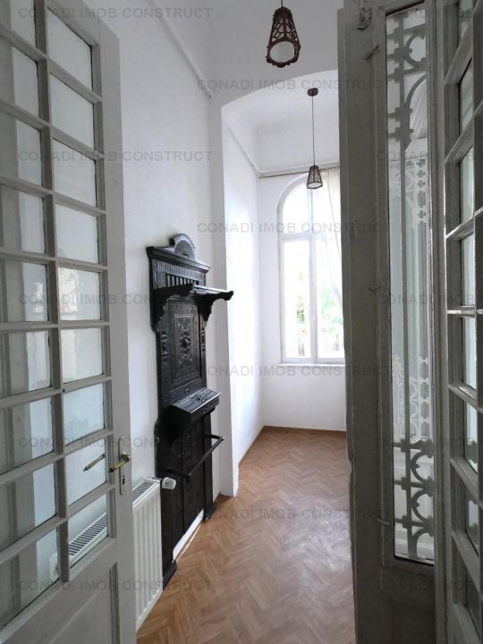 Inchiriere  apartament renovat in stil clasic cu 5 camere la parter in vila Cismigiu