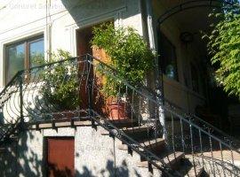 Inchiriez Apartament in Vila zona Centrala