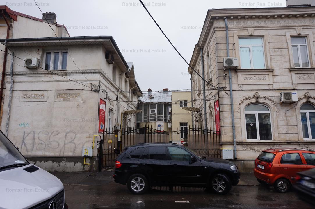 Palatul Parlamentului-Parcul Carol, 3 imobile singur curte