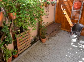 Apartament 2 camere + 30mp curte zona Centrala