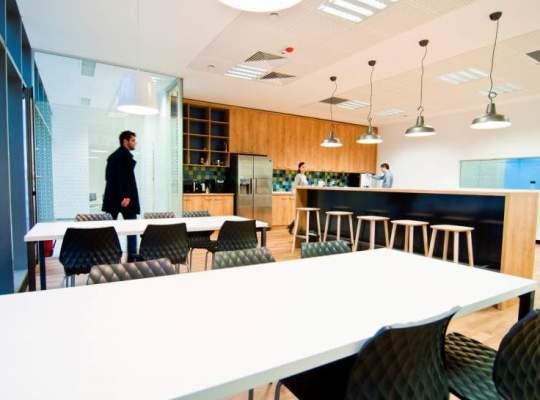 Pe axa SUA - Marea Britanie - Romania: cum arata birourile 8x8 din Cluj, un sediu care tinde spre infinit